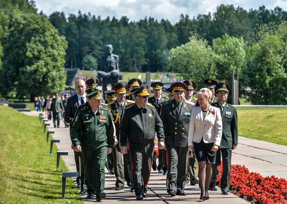 Müdafiə naziri Belarusda bir sıra tədbirlərdə iştirak edib